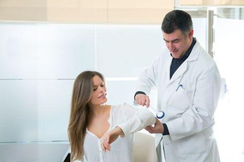 Доктор проверяет иннервацию