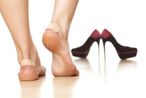 Пластырь на пятках и туфли