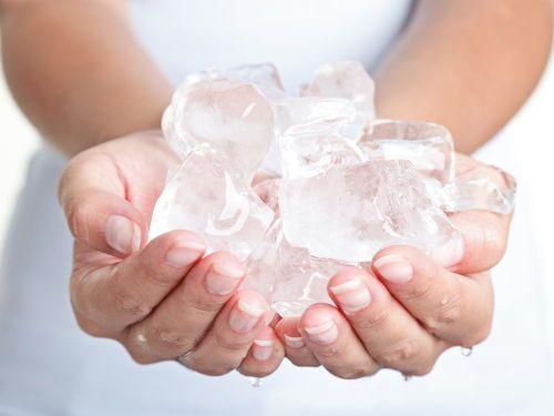 Кубики льда в руках