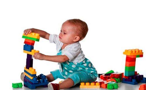 Ребенок строит башню из кубиков