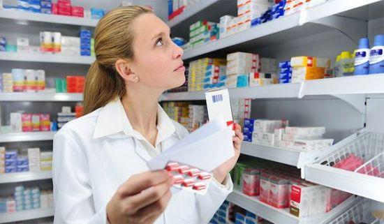 Выбор таблеток в аптеке
