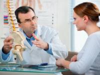 Врач разговаривает с пациенткой
