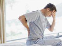 У мужчины болит спина после сна