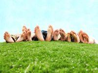 Стопы ног на траве