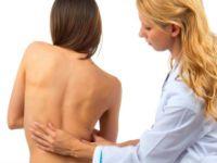 Врач осматривает спину пациентки