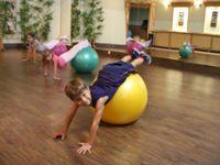 Ребенок делает лечебную гимнастику