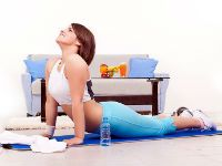 Девушка делает зарядку для спины
