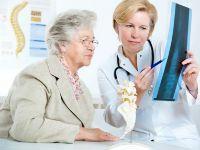 Врач объясняет пациенту о его заболевании