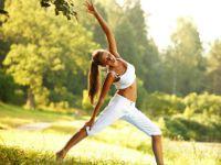 Девушка занимается гимнастикой на свежем воздухе