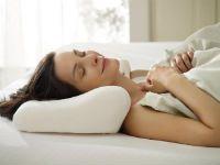 Женщина спит на ортопедической подушке