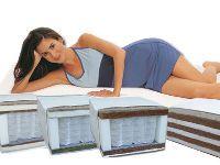 Девушка лежит на матрасе