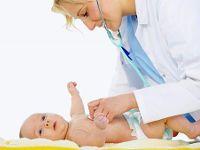 Доктор осматривает младенца