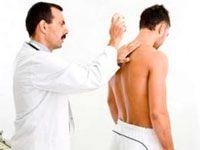 осмотр спины врачом