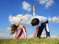 Дети делают зарядку